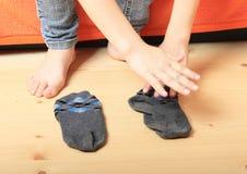 Pies desnudos y calcetines foto de archivo libre de regalías
