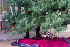 Pies detrás de un árbol de navidad artificial fotos de archivo libres de regalías