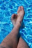 Pies en agua azul Fotos de archivo libres de regalías