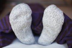 Pies en calcetines de lana Fotografía de archivo libre de regalías