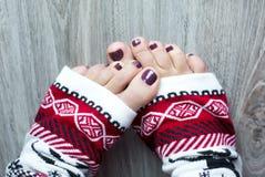 Pies en calcetines de una Navidad Fotos de archivo libres de regalías