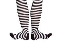 Pies en calcetines rayados blancos y negros Fotos de archivo libres de regalías