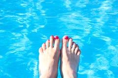 Pies en el fondo del agua de la piscina Imagenes de archivo