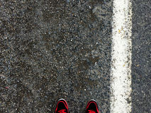 Pies en el fondo del asfalto Fotografía de archivo