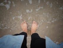 Pies en el mar imagenes de archivo