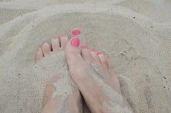 Pies en la arena foto de archivo libre de regalías