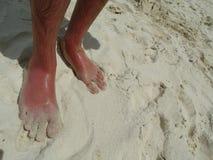 Pies en la arena en la playa Imágenes de archivo libres de regalías