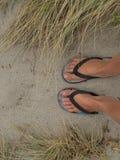 Pies en la arena en la playa en Nueva Zelanda Imágenes de archivo libres de regalías