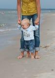 Pies en la arena - primer paso de progresión de bebé Fotos de archivo