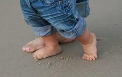 Pies en la arena - primer paso de progresión de bebé Fotos de archivo libres de regalías
