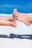 Pies en la arena tropical Foto de archivo libre de regalías