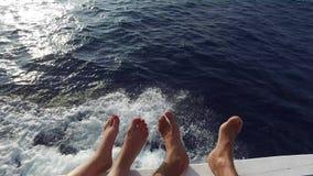 Pies en la cubierta de la navegación del velero o del yate en el mar almacen de metraje de vídeo