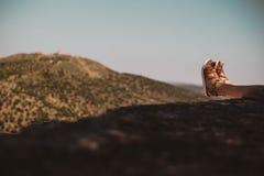 Pies en la montaña imagenes de archivo