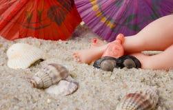 Pies en la playa imagen de archivo libre de regalías