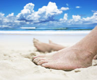 Pies en la playa Imagenes de archivo