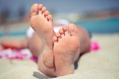 Pies en la playa Fotografía de archivo