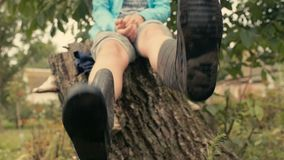 Pies en las botas de goma con suciedad en el lenguado almacen de video