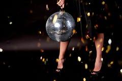 Pies en los zapatos, fondo oscuro Bola del disco La atmósfera de la celebración y del baile Foto de archivo libre de regalías