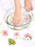 Pies en tazón de fuente aromatherapy Foto de archivo libre de regalías