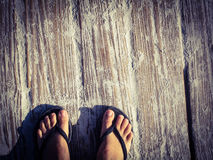Pies en un paseo marítimo arenoso imagen de archivo libre de regalías