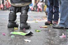 Pies en una calle mojada Imagenes de archivo