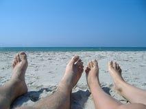 Pies en una playa Fotos de archivo libres de regalías