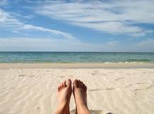 Pies en una playa Imagen de archivo libre de regalías