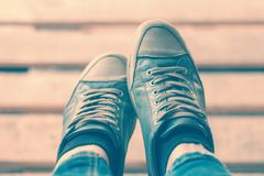 Pies en zapatillas de deporte azules entonado Foto de archivo