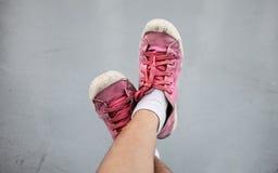 Pies en zapatos de lona sucios Foto de archivo
