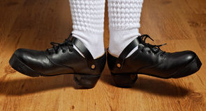 Pies en zapatos del paso de progresión y calcetines blancos Imagenes de archivo
