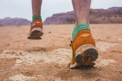 Pies en zapatos Desierto de Wadi Ram en Jordania fotografía de archivo