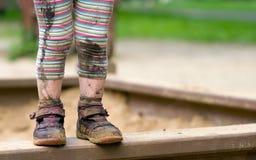 Pies fangosos del niño Foto de archivo