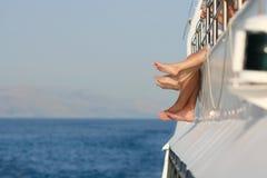 Pies felices desnudos en el barco de cruceros