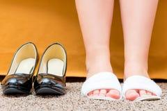 Pies femeninos calzados en deslizadores cómodos Imagen de archivo libre de regalías