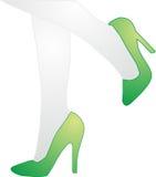 Pies femeninos del logotipo en zapatos verdes Fotos de archivo libres de regalías