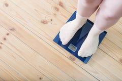 Pies femeninos en calcetines en las escalas del piso Fotografía de archivo libre de regalías