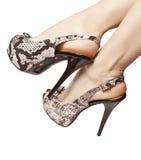 Pies femeninos en sandalias con los tacones altos Imágenes de archivo libres de regalías