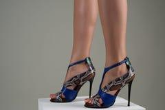 Pies femeninos hermosos en sandalias de tacón alto azules elegantes Fotos de archivo