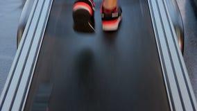 Pies femeninos que caminan y que corren en la rueda de ardilla en el gimnasio, manera dura al éxito almacen de metraje de vídeo