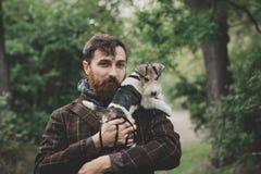 Pies i jego właściciel pojęcia przyjaźń, zwierzęta domowe, więź - Cool psa i młodego człowieka ma zabawę w parku - Zdjęcia Royalty Free