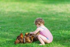 Pies i mała dziewczynka zdjęcia stock