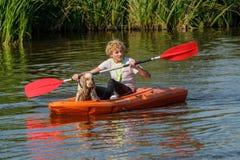 Pies i trener w czółnie zdjęcia stock