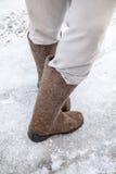 Pies masculinos con las botas tradicionales del fieltro del ruso Foto de archivo libre de regalías