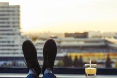 Pies masculinos en zapatos en el balcón Foto de archivo libre de regalías