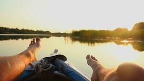 Pies masculinos que descansan sobre el barco móvil Vacaciones, turismo, video casero almacen de video