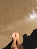 Pies mojados de la playa Imagenes de archivo