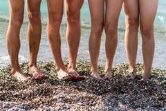 Pies mojados en la playa el mar en un día soleado del verano Foto de archivo libre de regalías