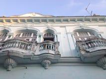 Pies patrzeje przez balkonu piękny Kolonialny budynek w Santa Clara, Kuba fotografia stock