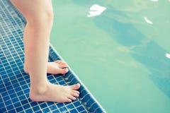 Pies por la piscina en la clase de la nadada Fotografía de archivo