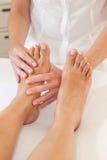 Pies profesionales de masaje Imágenes de archivo libres de regalías